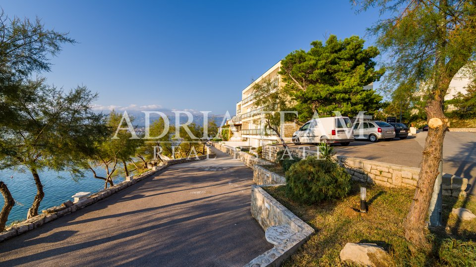 PHENOMENAL OPPORTUNITY! HOTEL 3 ***, COMPANY AND COMPLETE INVENTORY, FIRST ROW TO THE SEA, TOP - POSITION, NOVIGRAD - ZADAR