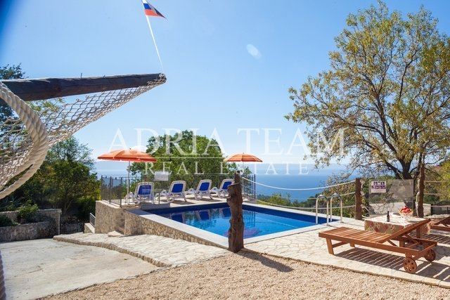 PROPERTY WITH 3 STONE HOUSES AND POOL, A GREAT OPPORTUNITY! MAKARSKA RIVIERA
