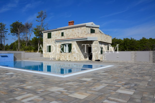 STONE VILLA WITH POOL, FIRST ROW TO THE SEA!! VIR