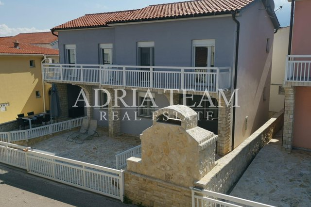 HOUSE IN A ROW WITH A YARD, 130 M FROM THE SEA, VIR - ZADAR