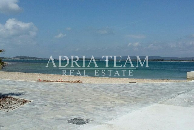 APARTMENT WITH LARGE GARDEN - 160M2 !, 50 M FROM THE SEA, TKON - PAŠMAN