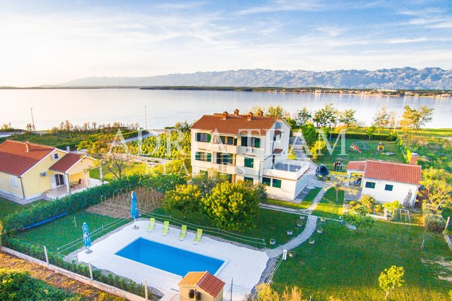 APARTMENT HOUSE WITH 5 APARTMENTS AND LARGE YARD, 1. ROW TO THE SEA! NIN - ZADAR