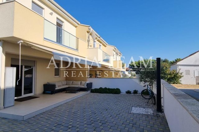 DUPLEX APARTMENT WITH GARDEN, 140 M FROM THE SEA, VRSI - ZADAR