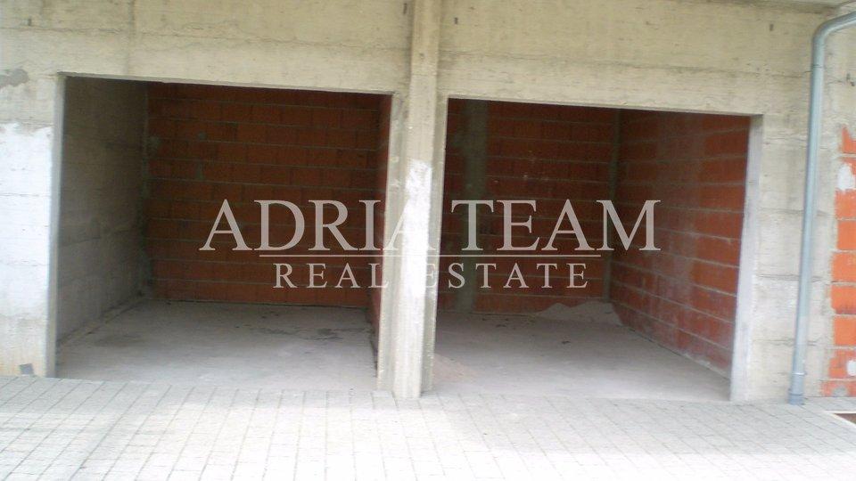 House, 580 m2, For Sale, Podstrana