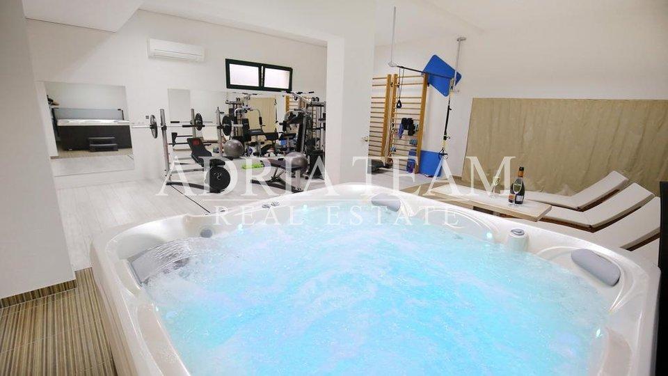 Luxusní kamenná vila s bazénem, novostavba